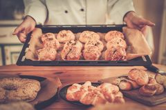 Koch mit selbst gemachten Backwaren Stockfotos