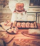 Koch mit selbst gemachten Backwaren Lizenzfreie Stockfotos