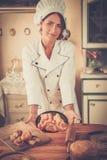 Koch mit selbst gemachten Backwaren Stockbilder