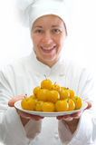 Koch mit Teller der gelben Pflaumen Lizenzfreie Stockbilder