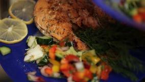 Koch setzt den Salat in eine Schüssel ein stock video footage