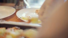 Koch setzt an einen Platte Canape der Garnele und der Ananas für das Versorgen stock video footage