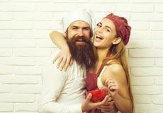 Koch und hübscher Mädchenkuß stockbilder