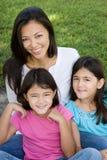 Kochać Asain matki i jej córek ono uśmiecha się Fotografia Stock