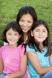 Kochać Asain matki i jej córek ono uśmiecha się Obrazy Royalty Free