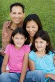 Kochać Asain rodziców i ich córek ono uśmiecha się Obraz Royalty Free