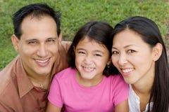 Kochać Asain rodziców i ich córek ono uśmiecha się Fotografia Stock