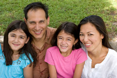 Kochać Asain rodziców i ich córek ono uśmiecha się Obrazy Stock