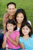 Kochać Asain rodziców i ich córek ono uśmiecha się Zdjęcie Stock