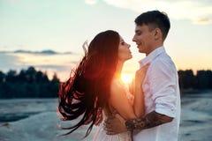 Kocha buziaka, uściśnięcia w miłość parach przy zmierzchem w i, przez gór Zmysłowy i delikatny kochać zdjęcie stock