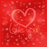 Kocha ciebie. Patroszony serce na mokrym szkle. Czerwony tło Zdjęcie Stock