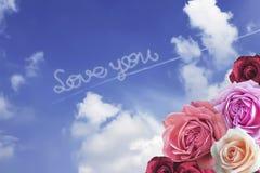 KOCHA CIEBIE z romantycznymi kolorowymi różami fotografia stock