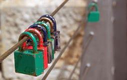 Kocha kłódki na poręczu most fotografia stock