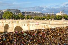 Kocha kłódki przy Pont Neuf w Paryż obraz royalty free