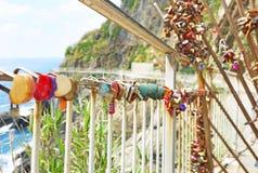 Kocha kłódki przy Riomaggiore wioską Cinque Terre Włochy Fotografia Stock