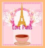 Kocha Paryż z basztowym Eiffel i kawą nad różowym tłem. Zdjęcia Stock