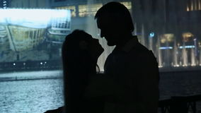 Kocha pary cieszy się each inny na tle nocy miasta fontanny zdjęcie wideo