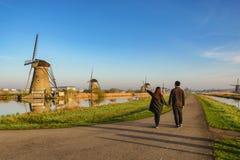Kocha pary odprowadzenie z Holenderskim wiatraczkiem przy Kinderdijk wioską fotografia royalty free