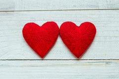 Kocha serca na drewnianym tekstury tle, valentines dnia karty pojęcie oryginalny kierowy tło Obraz Stock