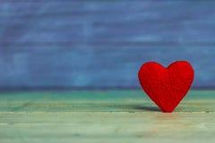 Kocha serca na drewnianym tekstury tle, valentines dnia karty pojęcie oryginalny kierowy tło Zdjęcia Royalty Free