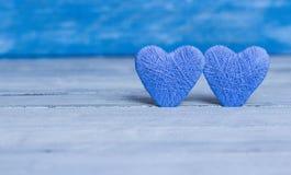 Kocha serca na drewnianym tekstury tle, valentines dnia karty pojęcie oryginalny kierowy tło Fotografia Stock