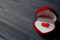 Kocha serce w prezenta pudełku na zmroku - błękitny drewniany tło karcianej dzień projekta dreamstime zieleni kierowa ilustracja  Zdjęcia Royalty Free