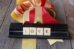 Kocha sformułowania crossword na starej drewnianej desce z tasiemkowym tłem Obrazy Stock