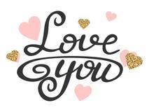 Kocha tekst z błyskotliwość złocistymi i różowymi sercami Kocha ciebie kaligraficzny literowanie Ręka rysująca wycena o miłości W obrazy royalty free
