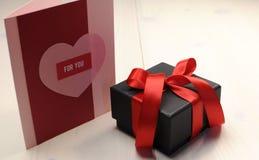 Kocha tematu prezenta kartę Dla Ciebie, z czarnego pudełka prezentem Obraz Stock