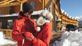 Kochająca para na tle drewniana chałupa w górach przy ośrodkiem narciarskim zbiory