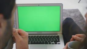 Kochający młodej rodziny wpólnie pięknych par młodych Kochający związek z each inny i patrzejący laptop zbiory wideo
