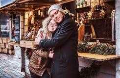 Kochający pary przytulenie pozuje i fotografuje, obrazy stock