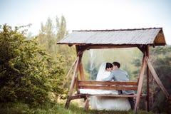 Kochająca ślub para siedzi na ławce obraz stock