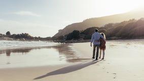 Kochająca dojrzała para na plażowym spacerze zdjęcie stock