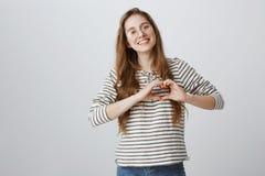 Kochająca i troskliwa dziewczyna pokazuje ona afekcję Portret powabna kobieta jest ubranym modnych szkła w związku zdjęcia royalty free