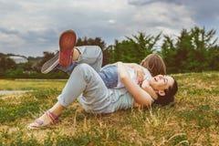 Kochająca matka i syn bawić się w lato parku ciepły zdjęcia stock