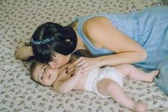 Kochająca matka z jej małym dzieckiem na łóżku Fotografia Royalty Free