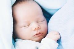 Kochająca matka z jej nowonarodzonym dzieckiem w koc fotografia royalty free