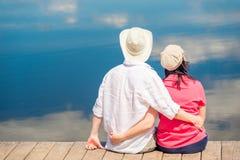 Kochająca para ściska relaksować i cieszy się blisko pięknego jeziora, vi Zdjęcia Royalty Free