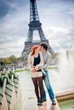 Kochająca para blisko wieży eifla w Paryż Obraz Stock