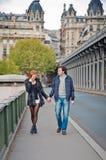 Kochająca para blisko wieży eifla w Paryż Fotografia Stock