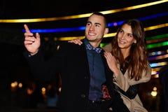 Kochająca para chodzi pięknego wieczór i cieszy się Obraz Stock
