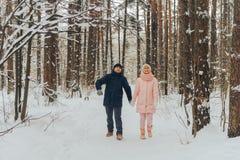 Kochająca para chodzi w drewnach Rodzinny spacer w zima lesie obraz royalty free