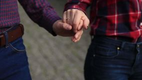 Kochająca para chodzi w jesieni w parku Historia miłosna na pogodnym jesień dniu jezioro i bringe zbiory wideo