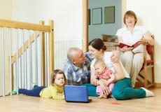 Kochająca para małżeńska z dziećmi i babcią Zdjęcie Royalty Free