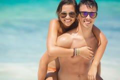Kochająca para ma zabawę na plaży ocean. zdjęcia stock