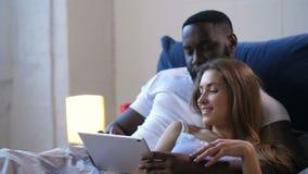 Kochająca para migdali dopatrywania wideo i ściska zdjęcie wideo