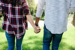 Kochająca para na dacie w parku obraz royalty free