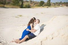 Kochająca para na plaży w piaska przytuleniu Pojęcie miłość i data przy morzem fotografia royalty free