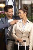 Kochająca para na przyjazd przy hotelem Obrazy Royalty Free